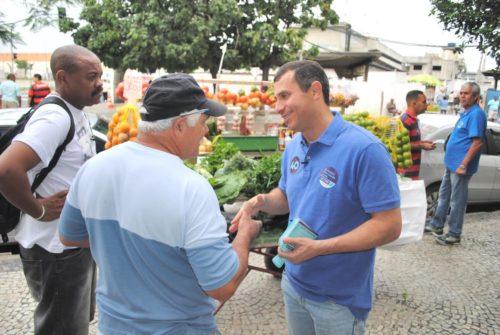 Felipe faz corpo a corpo na região do Mercado do Peixe | Foto: Luiz Barros