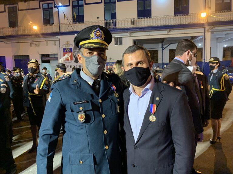 Felipe Peixoto com o comandante do 5ºBPM tenente-coronel Ludogero